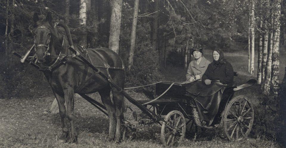 """Ērikas Zariņas fotodarbnīca. """"Sieviešu dubultportrets brīvdabā"""", 1930. Attēls no Latvijas Nacionālās digitālās bibliotēkas kolekcijas """"Zudusī Latvija"""". Oriģināls no Baltijas centrālās bibliotēkas kolekcijas."""