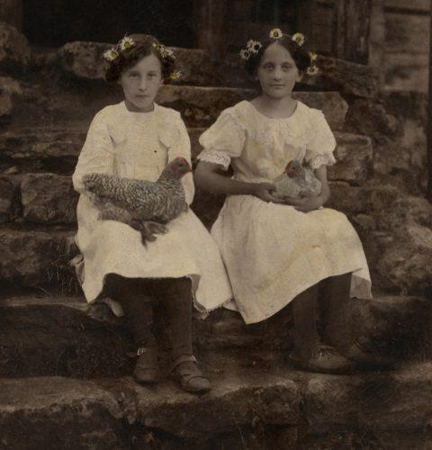 """Minna Kaktiņa. """"Divas meitenes uz kāpnēm"""", 1910. gadi. No Latvijas Fotogrāfijas muzeja krājuma."""