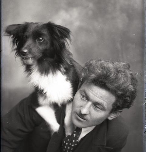 """Marta Pļaviņa. """"Vīrietis ar suni uz pleca"""", 20. gs. 20.–30. gadi. No Aizkraukles Vēstures un mākslas muzeja krājuma"""