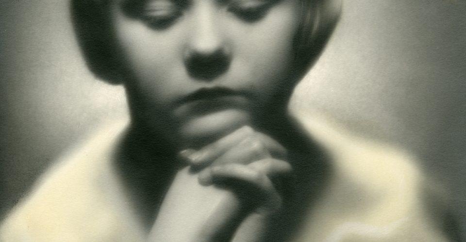 """Lūcija Alutis-Kreicberga. """"Meitenes portrets"""", 20. gs. 20.–30. gadi. No Rīgas vēstures un kuģniecības muzeja krājuma"""