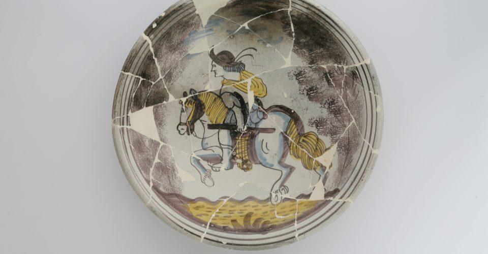 Keramikas šķīvis ar bruņota jātnieka atveidu. Rietumeiropa, 17. gs.