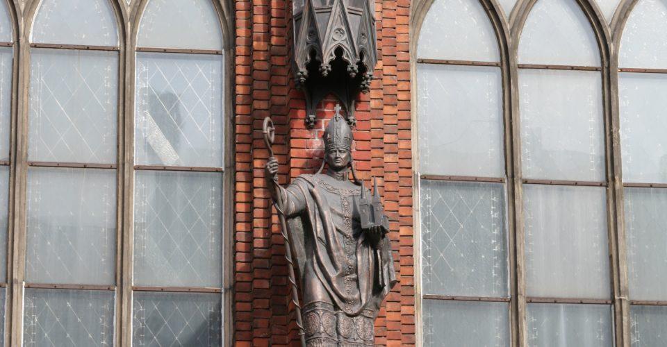 Atjaunotais bīskapa Alberta piemineklis, 2001. g. Tēlnieki Oskars Mikāns, Aigars Zemītis, metālkalējs Jānis Vaivods.