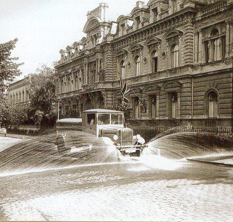 Ielu laistāmā mašīna Raiņa bulvārī. Fotogrāfs Roberts Johansons, 20. gs. 30. gadi.