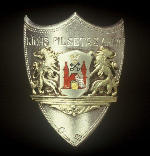 Rīgas pilsētas galvas Roberta Liepiņa dāvinātā karoga nagla ar Rīgas lielā ģerboņa attēlu, 20. gs. 30. gadu beigas.