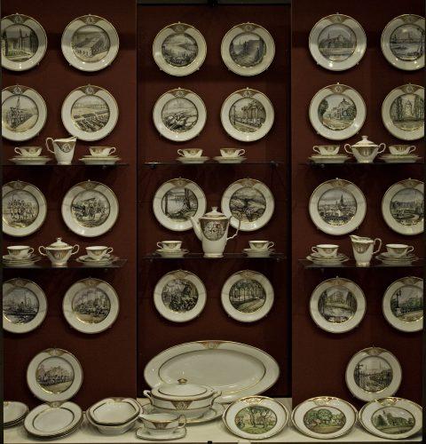 Servīze – Rīgas pilsētas dāvana kara ministram Jānim Balodim. Mākslinieks Vilis Vasariņš. Izgatavota M.S. Kuzņecova porcelāna fabrikā, 1937. g.