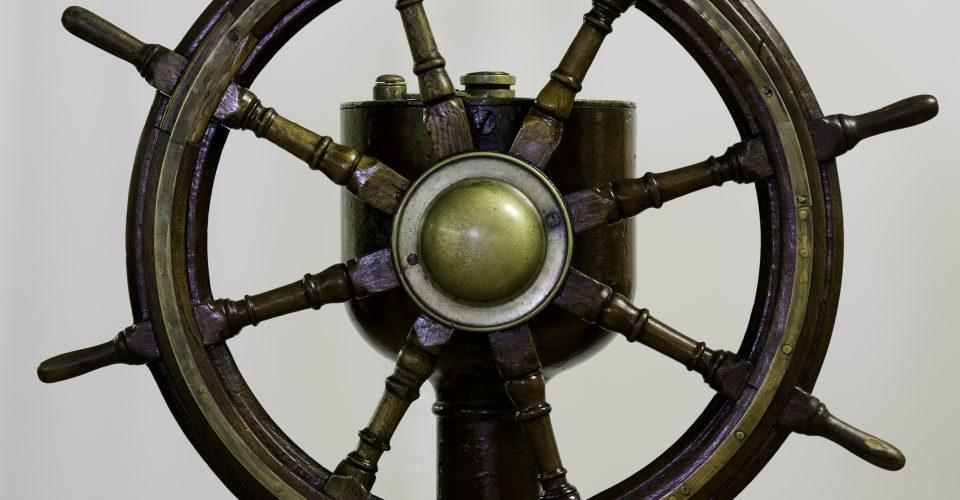 """Tvaikoņa """"Sigulda"""" stūres rats. Latvijas tirdzniecības flotes sastāvā tvaikonis bija no 1921. Līdz 1940. gadam."""