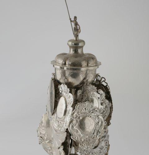 Rīgas virvju vijēju zeļļu pokāls ar vāku un piekariņiem. Rīga, Johana Lamurē darbnīca, 1749. g.