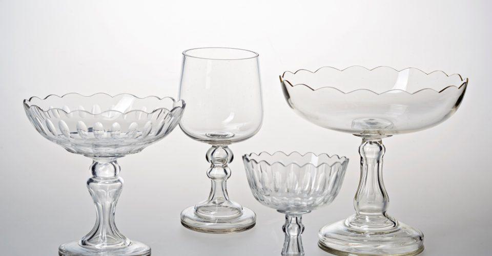 """Galda trauki. AS """"Jakoba Beka Rīgas stikla fabrika"""", 19.gs. beigas – 20.gs. sākums. Pūsts stikls. Dekors slīpēts, pulēts. RVKM krājums. No izstādes """"Iļģuciema stikls"""" Rīgas vēstures un kuģniecības muzejā. RVKM foto."""