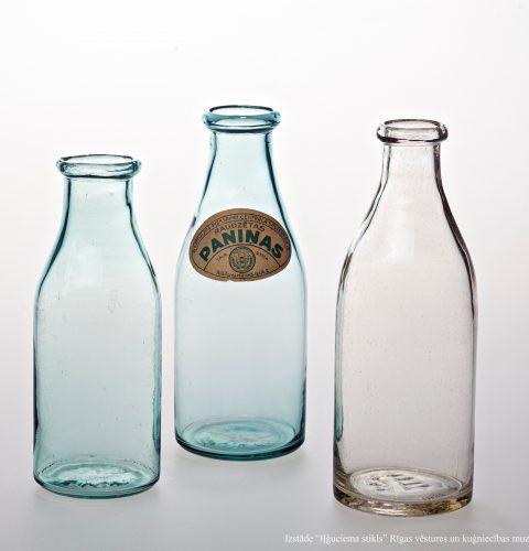 """Piena un paniņu pudeles. AS """"Iļģuciema stikla fabrika"""", 20.gs. 30. gadi. Pūsts stikls. RVKM krājums."""