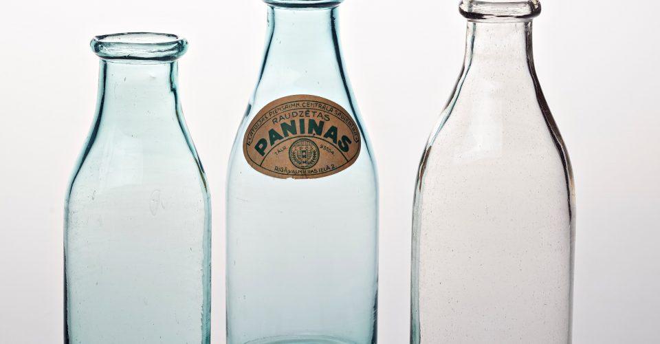 """Piena un paniņu pudeles. AS """"Iļģuciema stikla fabrika"""", 20.gs. 30. gadi. Pūsts stikls. RVKM krājums. No izstādes """"Iļģuciema stikls"""" Rīgas vēstures un kuģniecības muzejā. RVKM foto."""