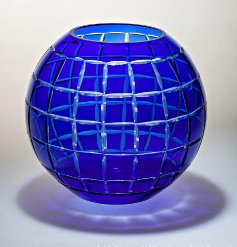 Vāze, 20. gs. 50. gadu beigas Pūsts, pārvilkts stikls. Dekors slīpēts, pulēts. RVKM krājums.
