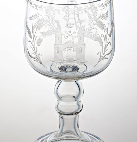 """Baltalus kauss, 1937. gads. Pūsts stikls. Dekors slīpēts, gravēts. No izstādes """"Iļģuciema stikls"""" Rīgas vēstures un kuģniecības muzejā. RVKM foto."""