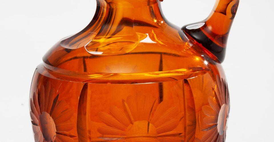 Vīna-degvīna karafe. Pūsts stikls. Dekors - slīpēts, gravēts. RVKM krājums.