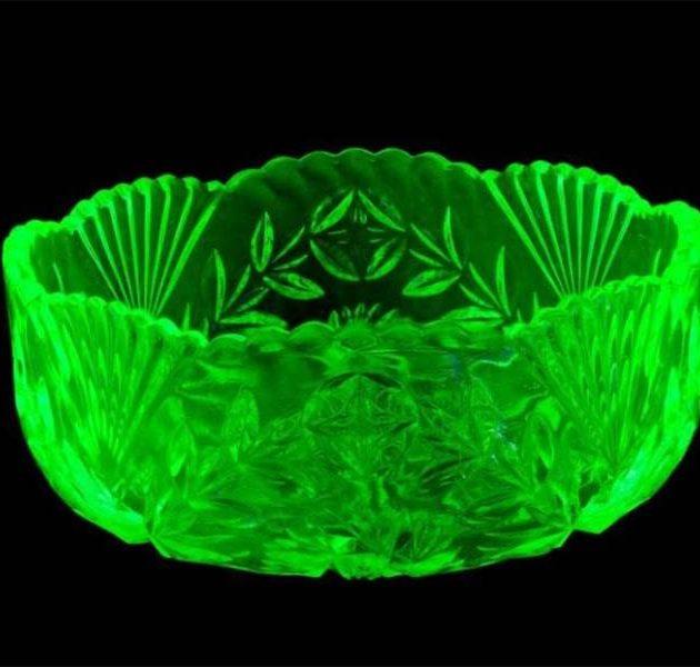 """Par urāna stikla trauku maģisko gaismu un citiem """"Iļģuciema stikla"""" izstrādājumiem"""